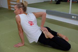 Petra Schmidt zeigt Dehnübung