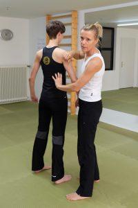 Petra Schmidt erläutert, wie Schulterblatt und Rückenmuskeln arbeiten