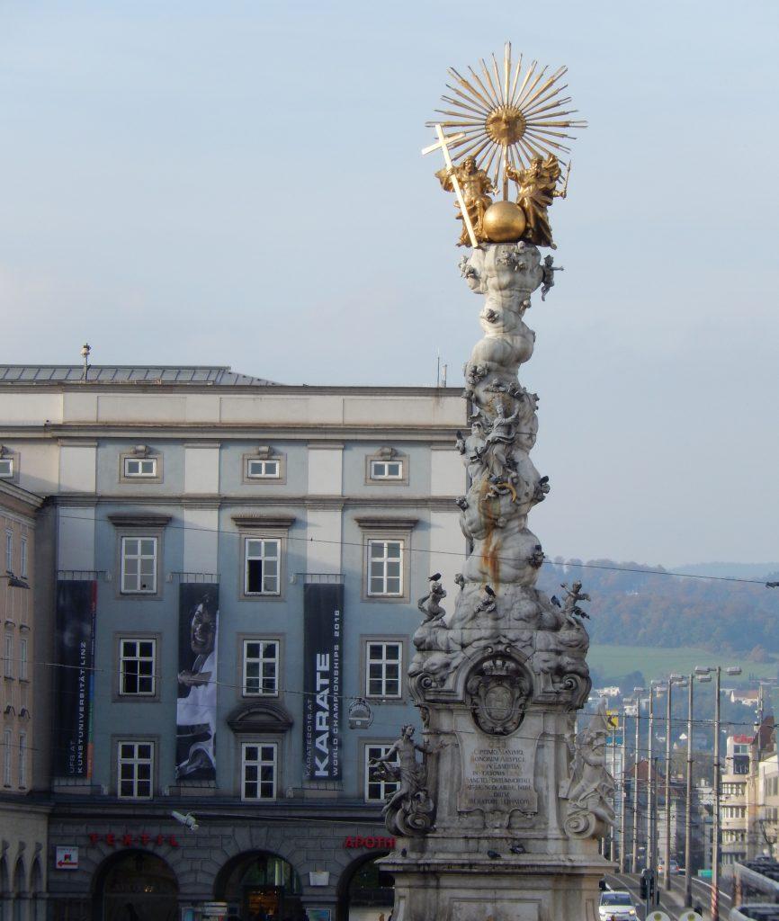 Karate in Linz: prominent beworben auf dem Hauptplatz mit der Dreifaltigkeitssäule // Foto: Katarzyna Kauder